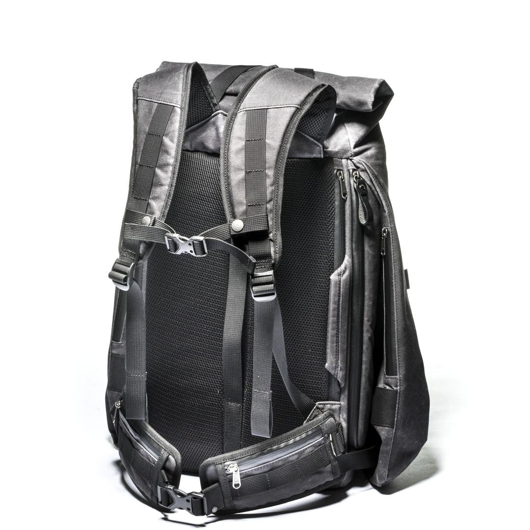側面,背包最大,左邊重量100%在雙肩,右邊腰80%肩膀20%