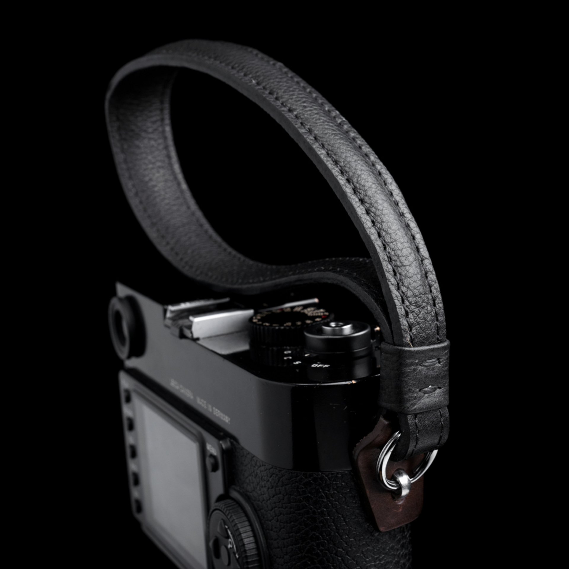 PEBBLE GRAIN LEATHER CAMERA WRIST STRAP