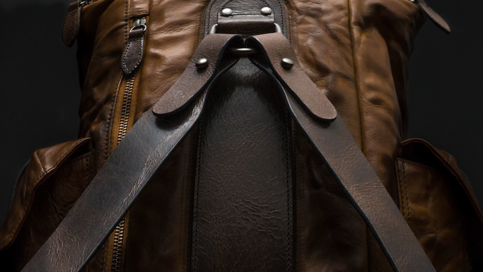 Leather shoulder straps.